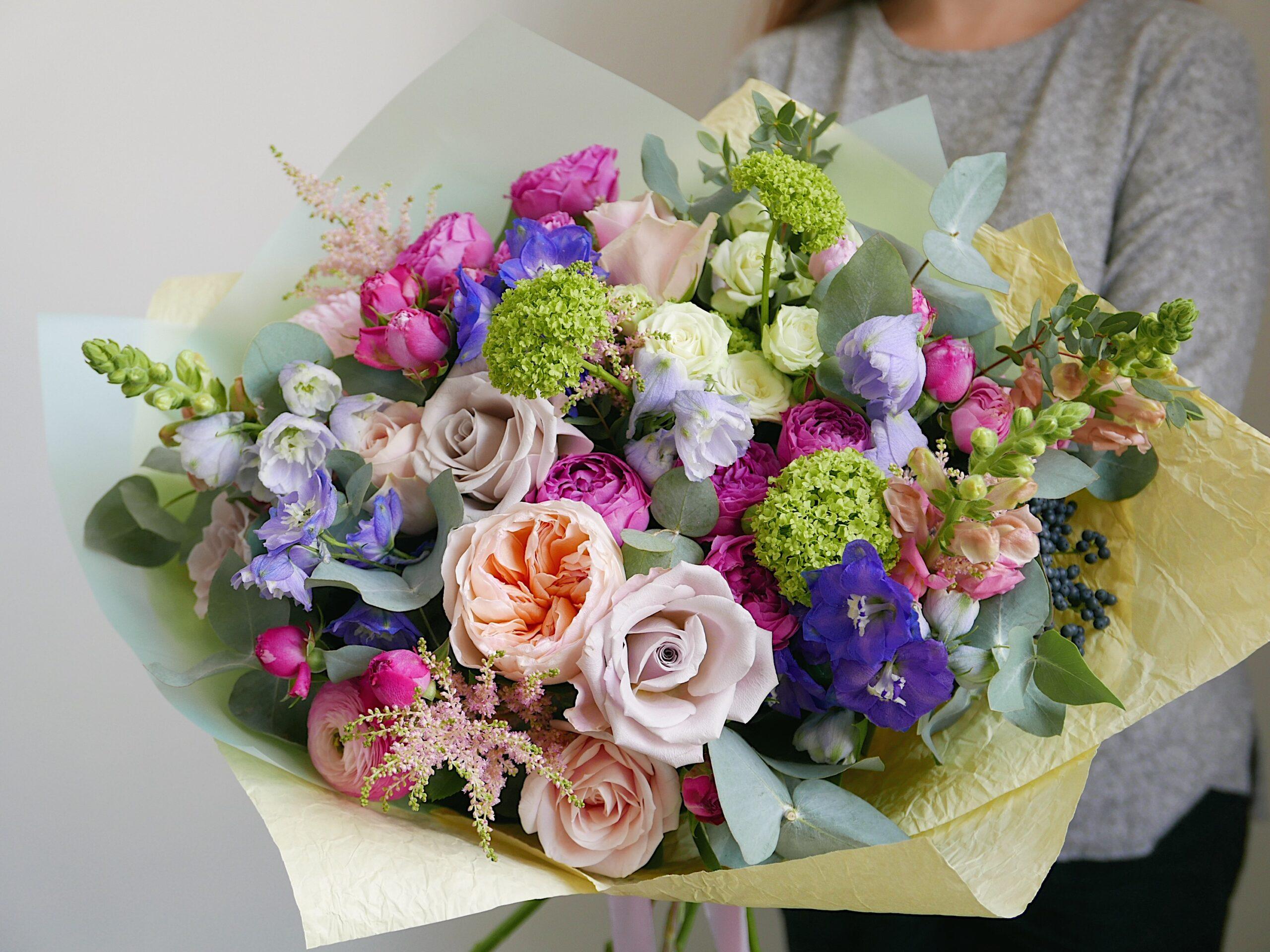 Букет с кустовыми и пионовидными розами