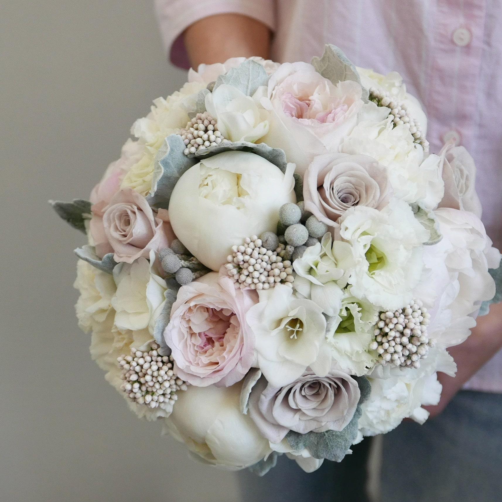 """Букет невесты """"нежная классика"""" из пионов, пионовидных роз и фрезии"""