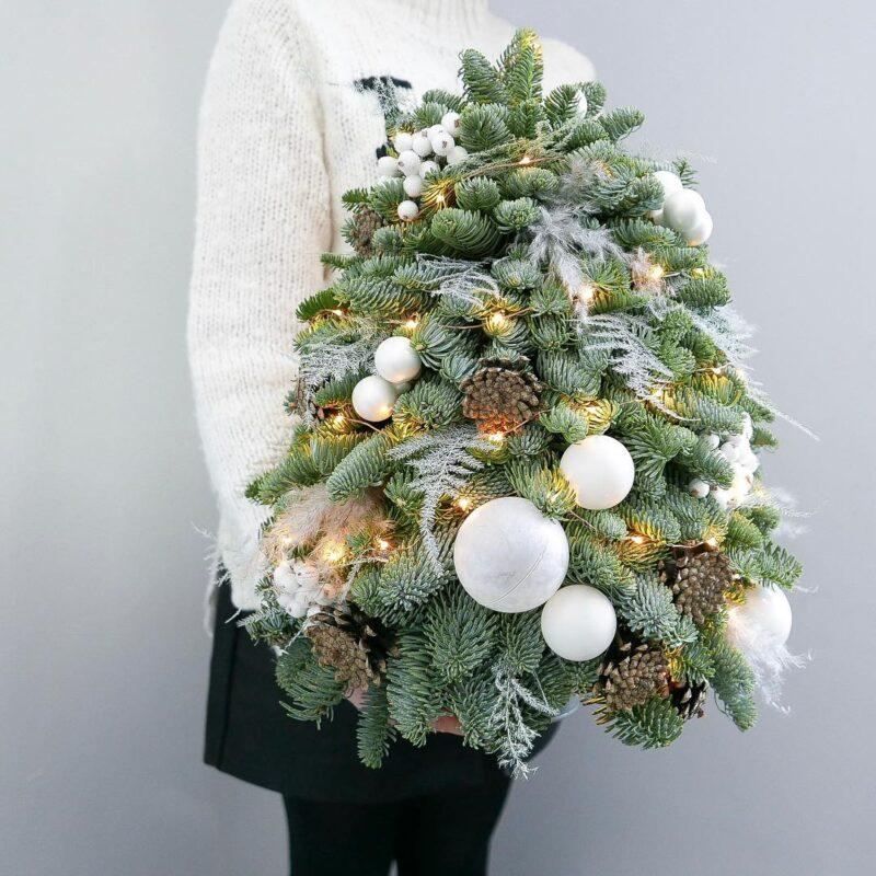 елка ручной работы с белым декором