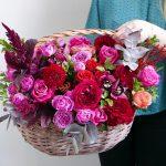 korzina-iz-roz-s-orhideyami