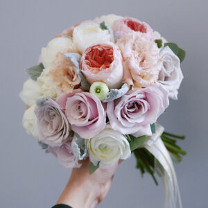 Букет невесты с пионами и ранункулюсами