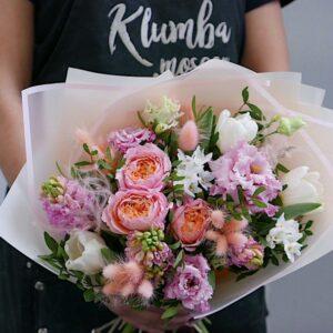 Букет с розами и нарциссами