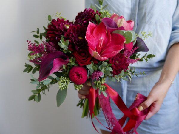 Бордовый букет невесты амариллисом