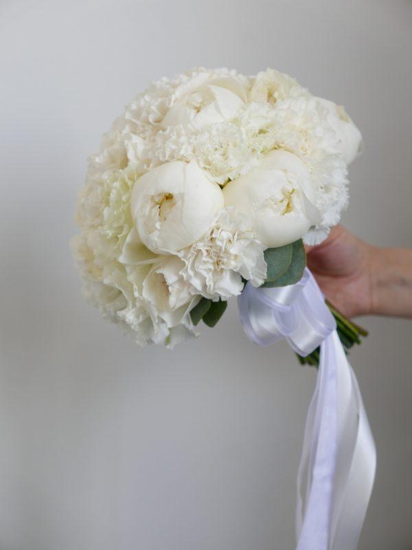 Букет невесты с пионами и эустомой