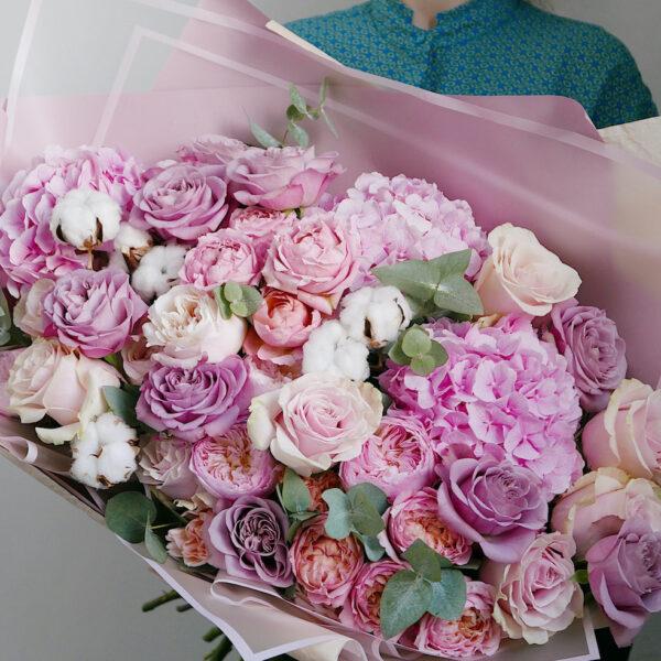 Букет с гортензией и одноголовыми розами