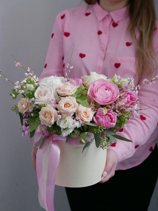 Шляпная коробка с ранункулюсами,розами и тюльпанами