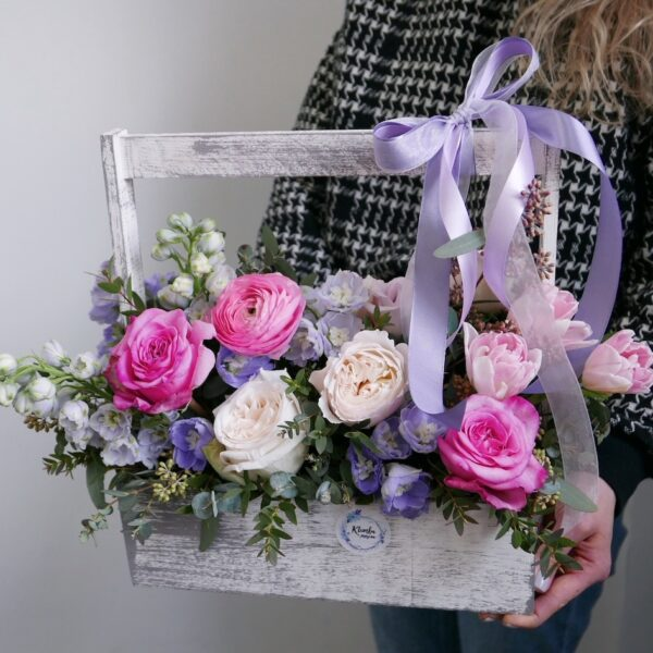 Деревянный ящик с ранункулюсами и тюльпанами
