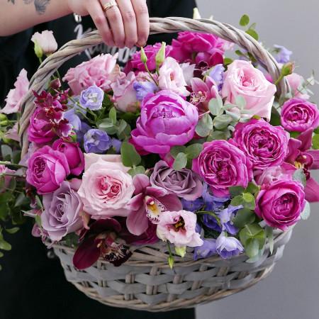 Корзина с малиновыми розами