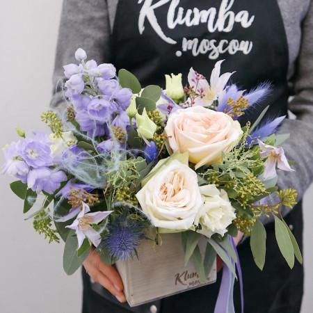 Композиция с садовыми розами в деревянном ящике