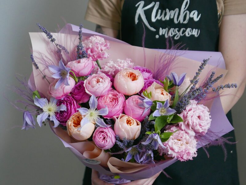Букет с пионовидными розами и лавандой
