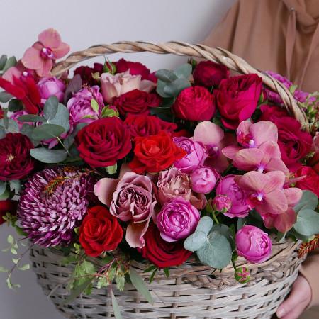 Большая корзина роз с орхидеей и хризантемой