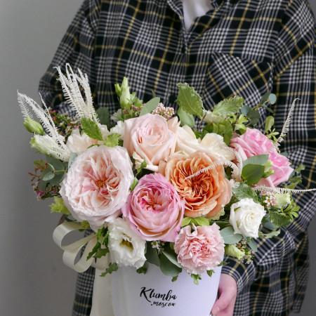 Композиция в шляпной коробке из роз и гвоздик