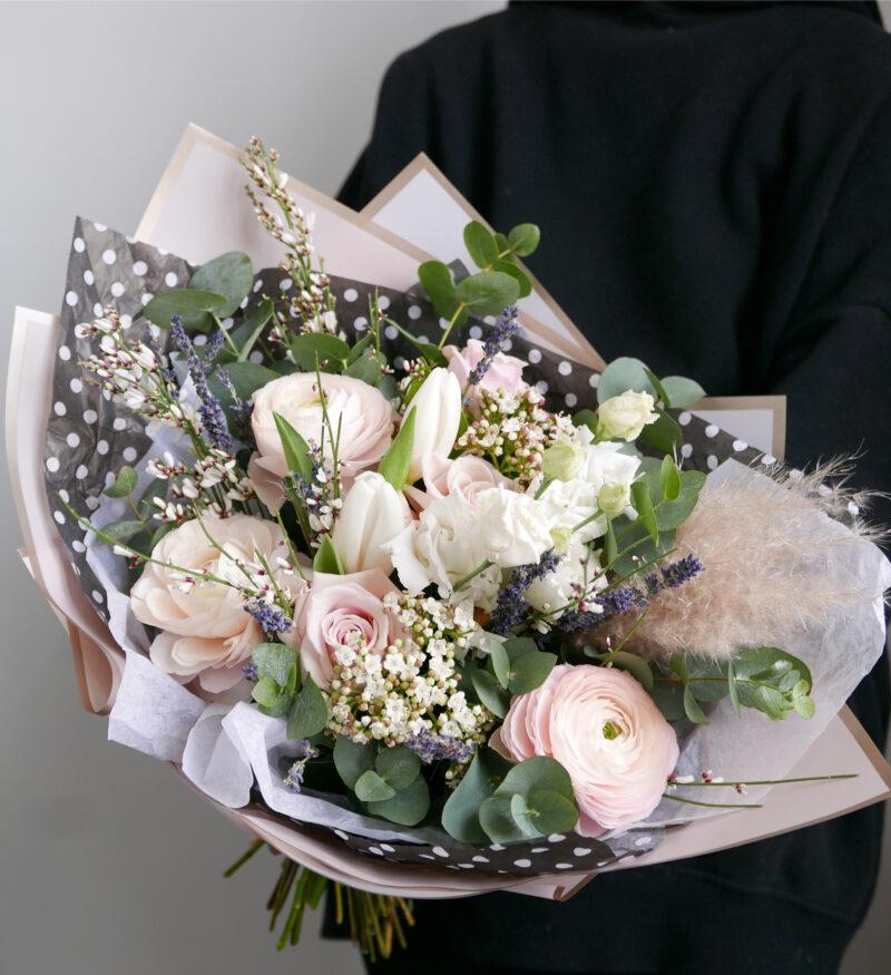 Весенний букет с тюльпанами и ранункулюсами