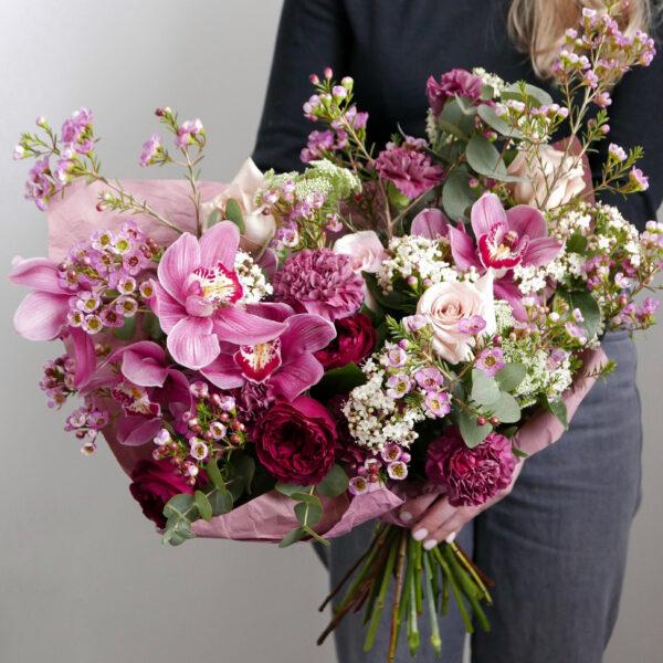 Букет с пионовидными розами и орхидеей