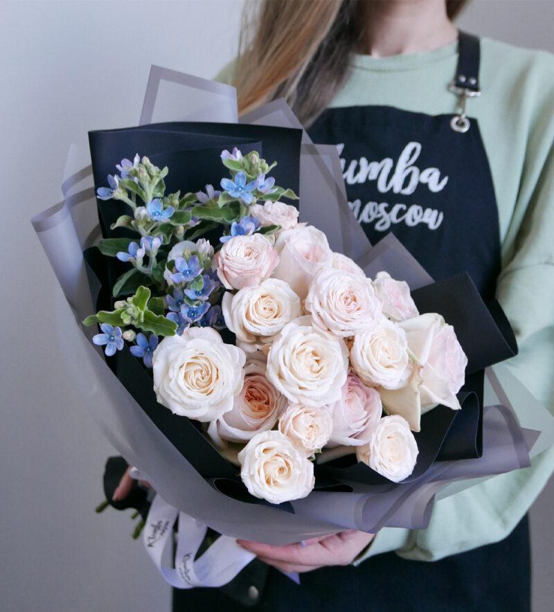 Букет с нежными розами и оксипеталумом