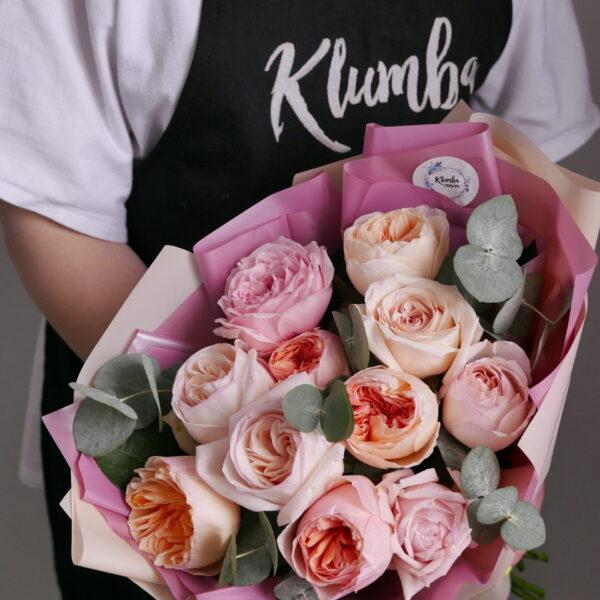 букет из 11 пионовидных роз с эвкалиптом