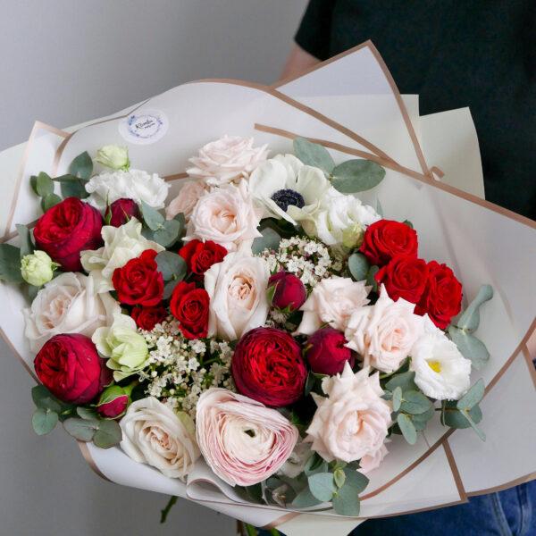 красно-белый букет с розами ред пиано