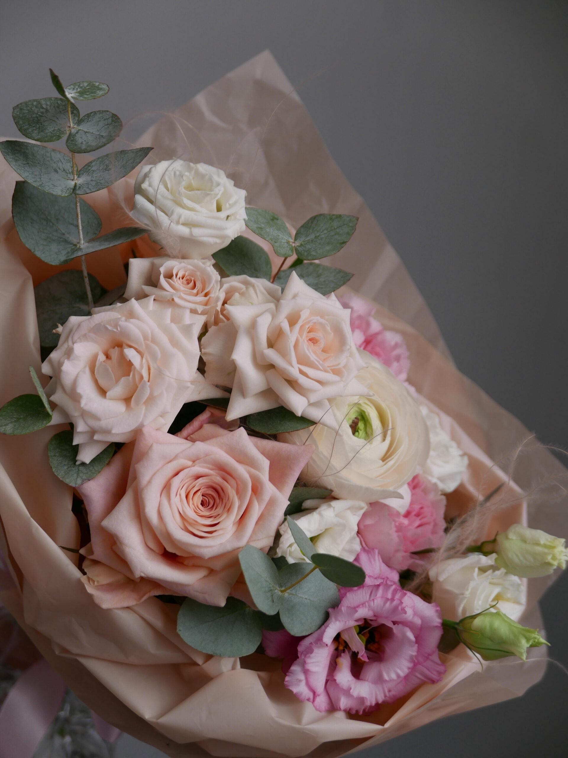 Небольшой букет с розами и ранункулюсом