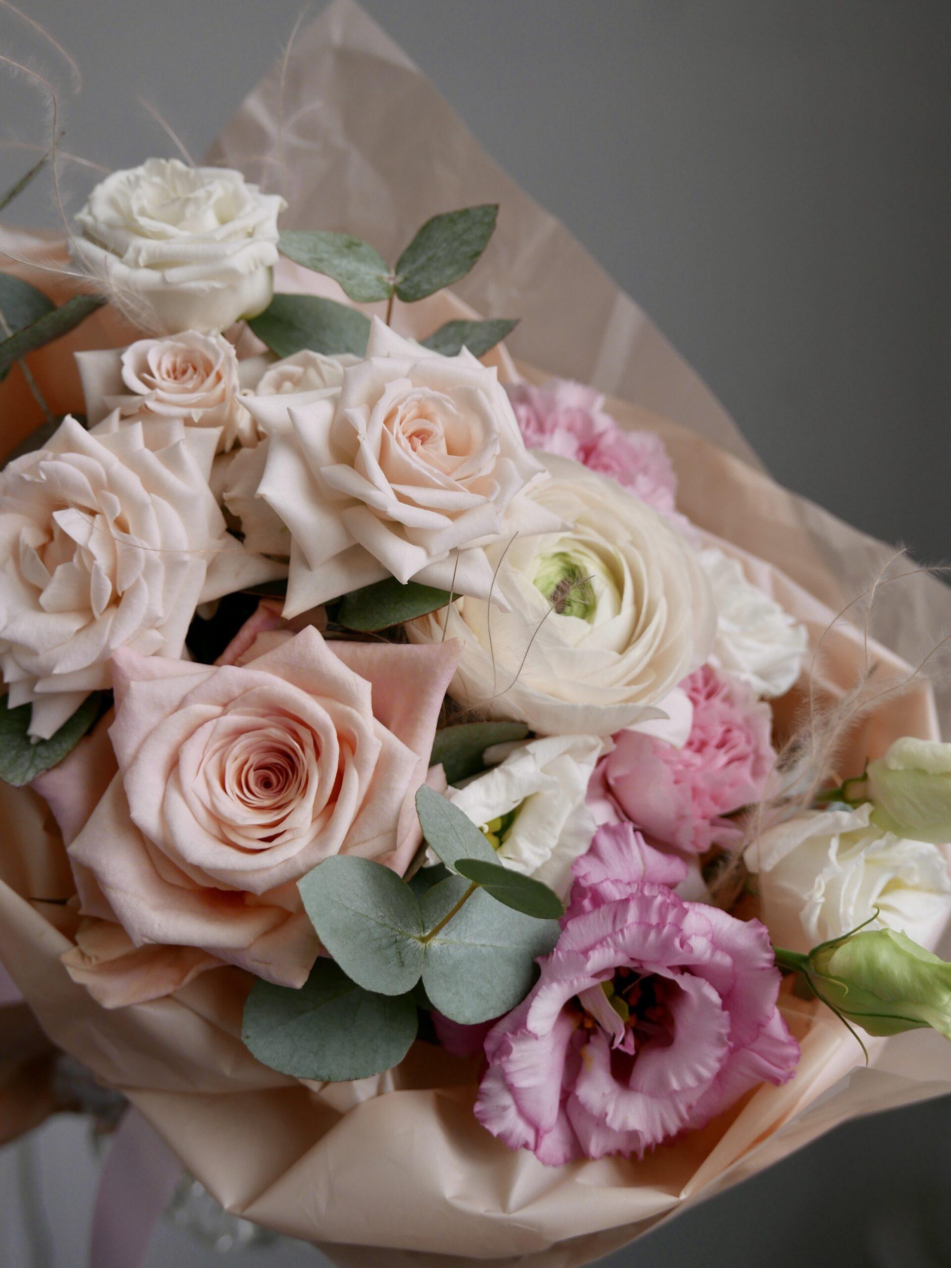Небольшой букет с розами и ранункулюсом 2