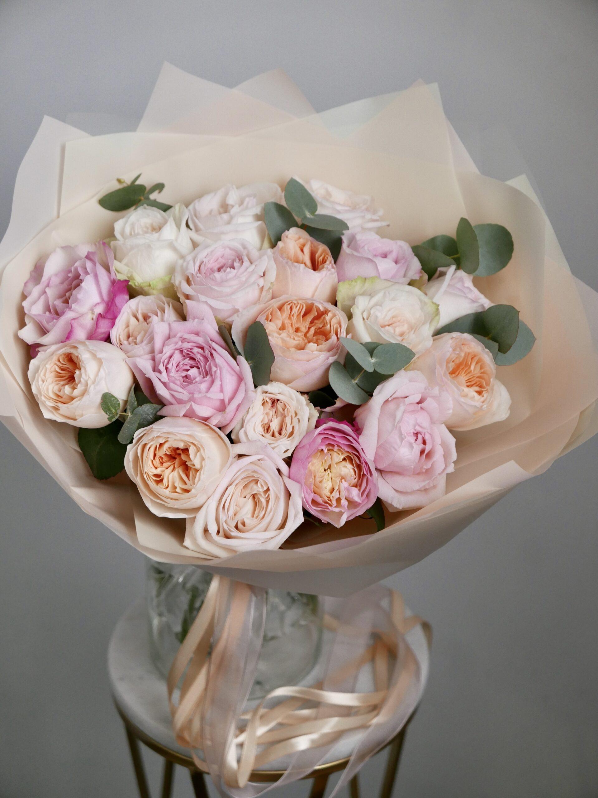 Микс из пионовидных и ароматных роз 19 шт.