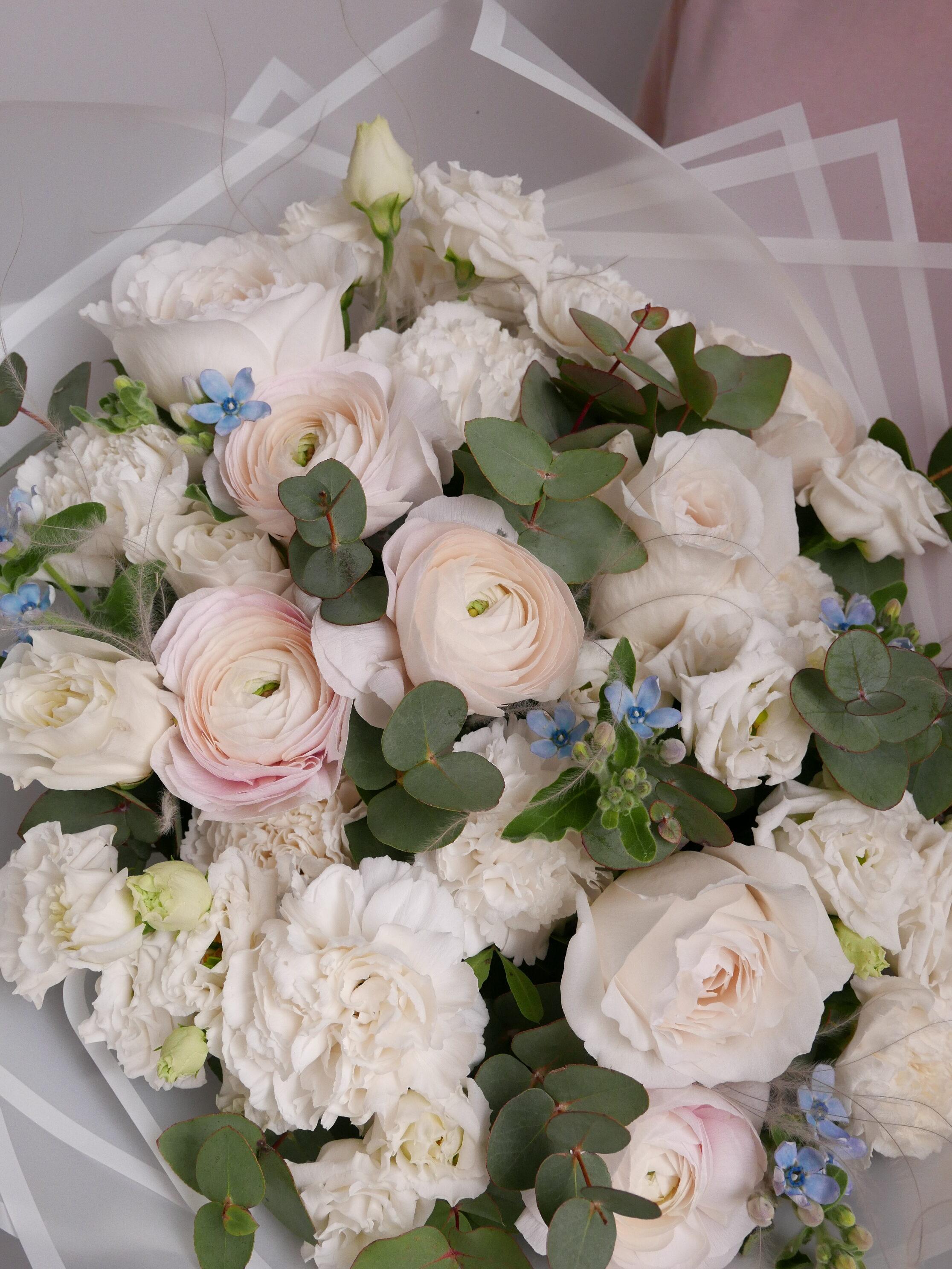 Ранункулюсы с розами и гвоздиками 2