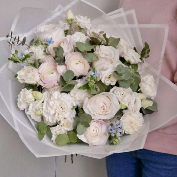 Ранункулюсы с розами и гвоздиками