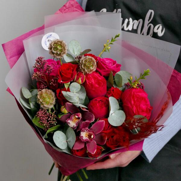 Бордовый букет с орхидеями и скабиозой