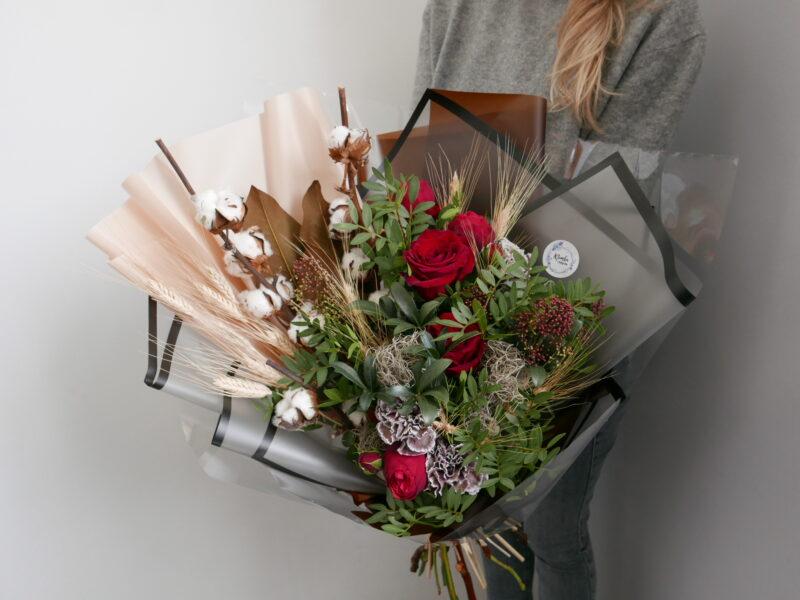 Мужской букет с пионовидными розами и сухоцветами