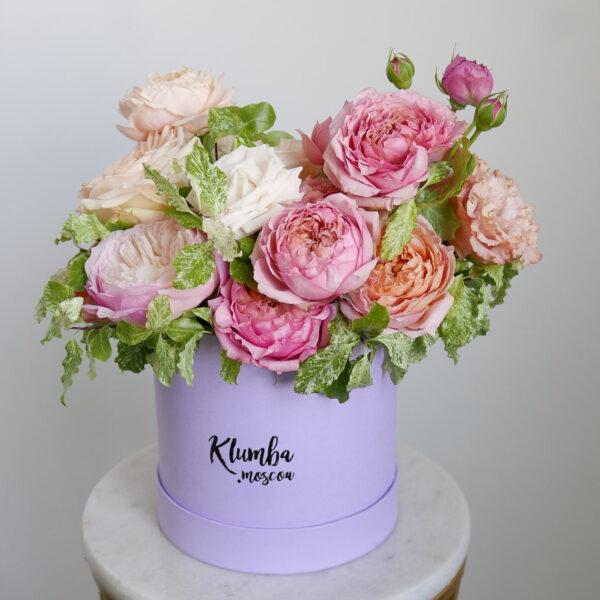 Микс пионовидных и кустовых роз в шляпной коробке