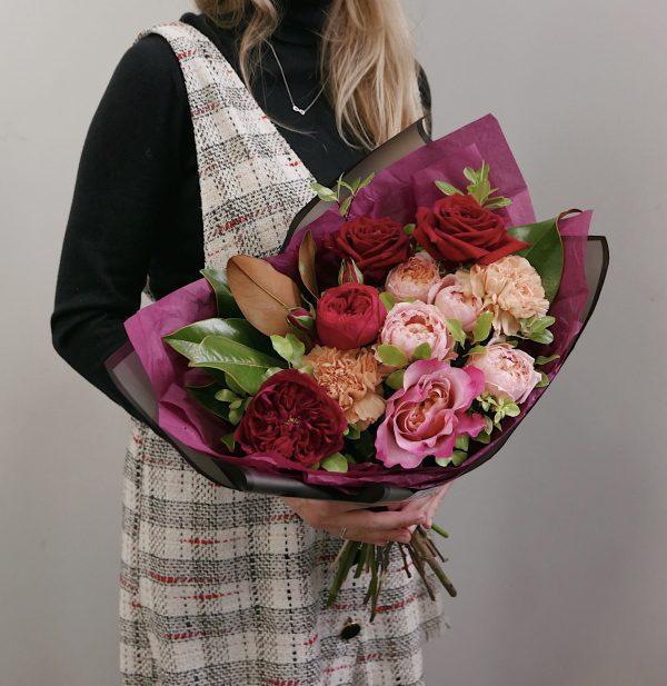 Букет с розами, диантусом и магнолией