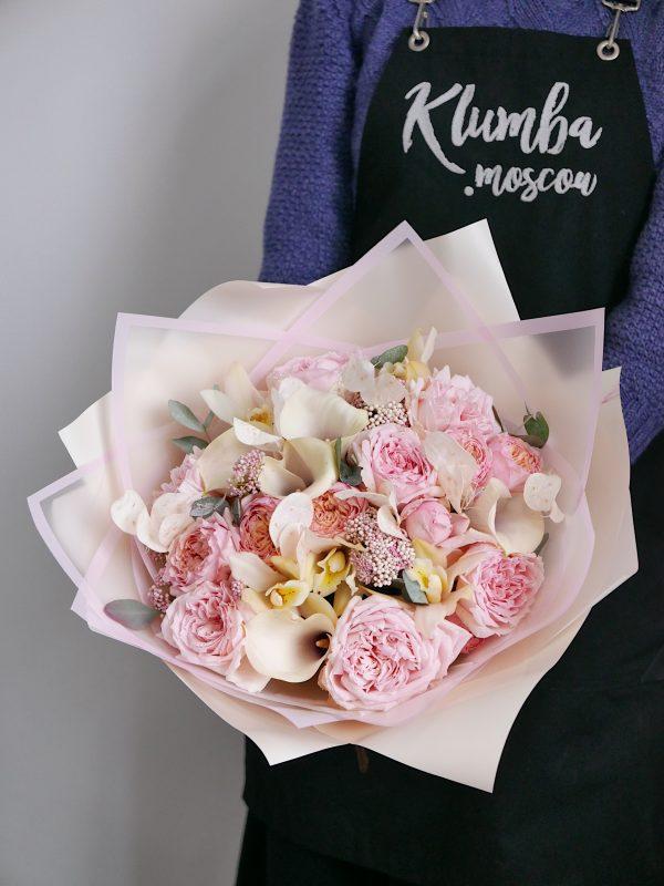 Букет с пионовидными розами и лунарией