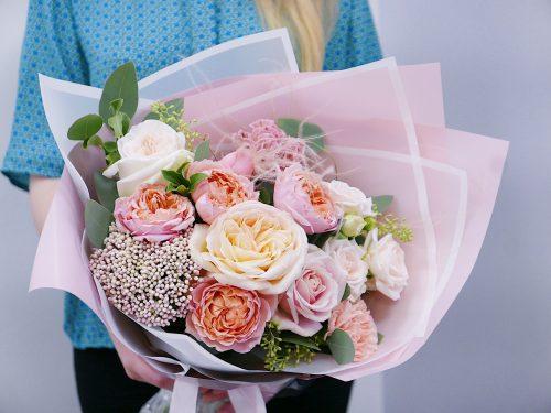 Букет из розовых кустовых и пионовидных роз